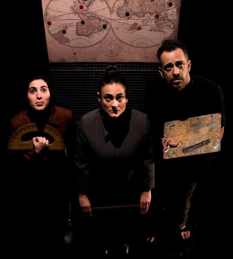 foto de los tres actores de El Acuarela Avión, de izquierda a derecha Nicole Muriel Camba (Johana), Natalia Martinoli (Melinda) y Gustavo Curcho (Adalberto)