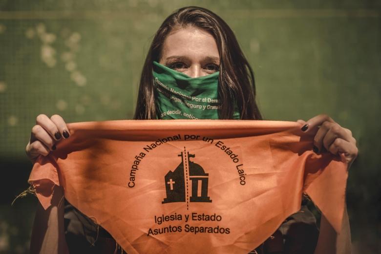 Laura Azcurra con el pañuelo naranja: por la separación de la Iglesia del Estad